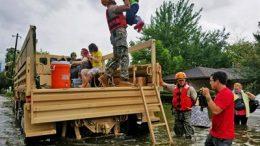 Los soldados de la Guardia Nacional de Texas asisten a residentes afectados por las inundaciones causadas por el Huracán Harvey en Houston, 27 de Agosto de 2017. Foto tomada por el Teniente Zachary West de la Guardia Nacional